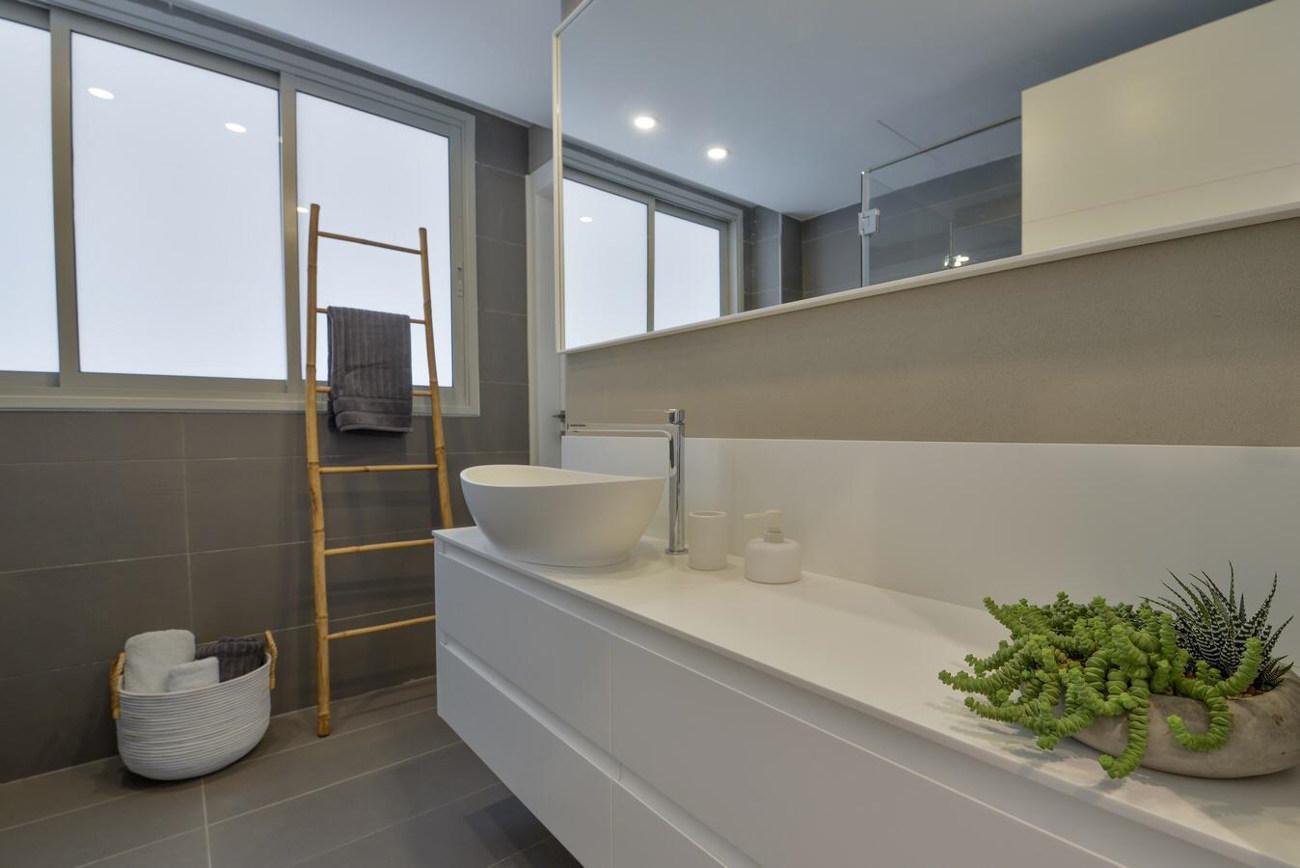 כיורי קוריאן בחדר האמבטיה. צלם: איל תגר, אדריכל: טל פיאסט.