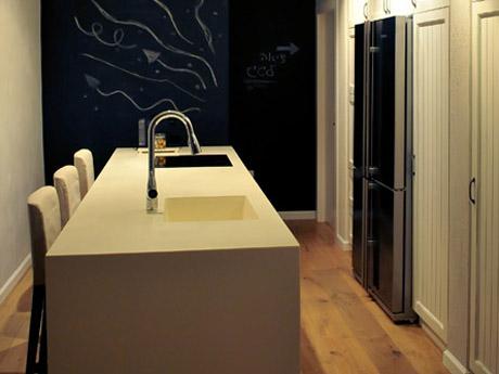 """אמצע מרחב המטבח בקוריאן לבן • קוריאן שיק בע""""מ"""