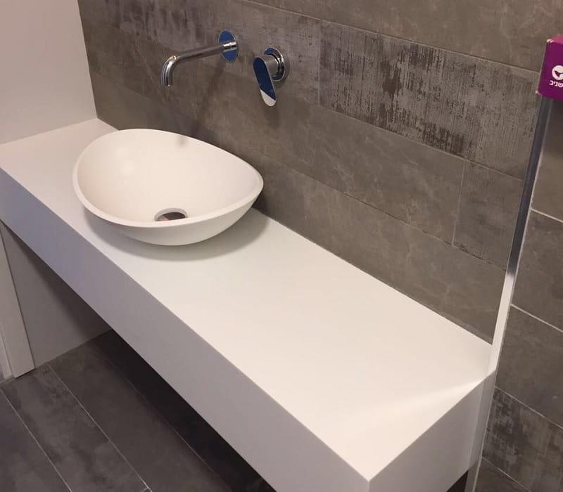משטח קוריאן לאמבטיה עם כיור